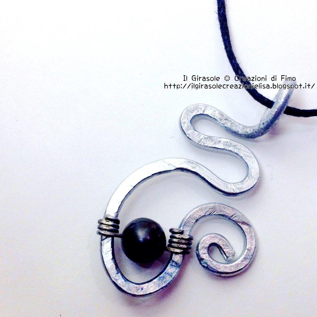 Collana con ciondolo in wire e madreperla  nera