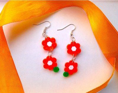 Orecchini pendenti con fiorellini arancioni in hama beads
