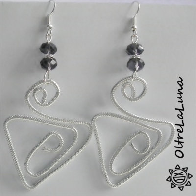 Orecchini pendenti in alluminio e pietre sfaccettate viola