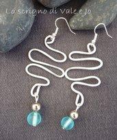 orecchini pendenti in alluminio con perla azzurra e monachella anallergici