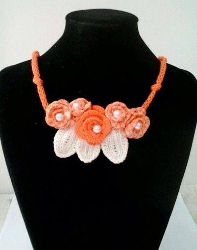Collana uncinetto roselline arancione