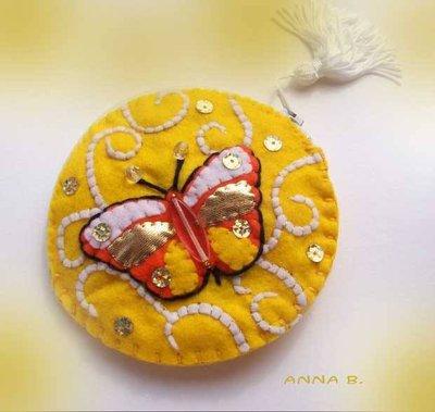 Portamonete con farfalla applicata