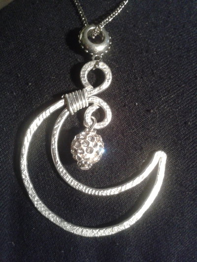 collana mezza luna pendente in filo di alluminio con perla in fimo e cristalli