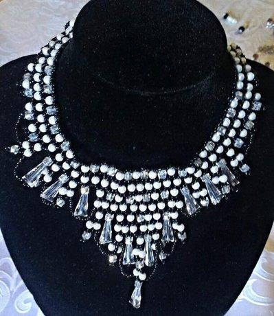 collana lavorata a mano con perle e cristalli