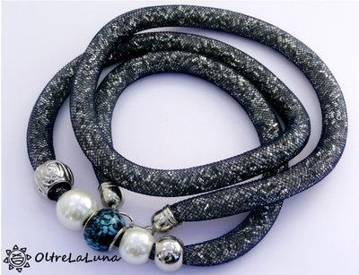 Collana in maglia tubolare nera, cristalli argentati e decoro laterale