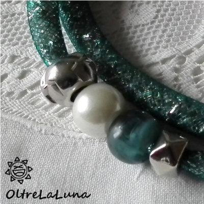 Collana in maglia tubolare verde, cristalli argentati e decoro laterale