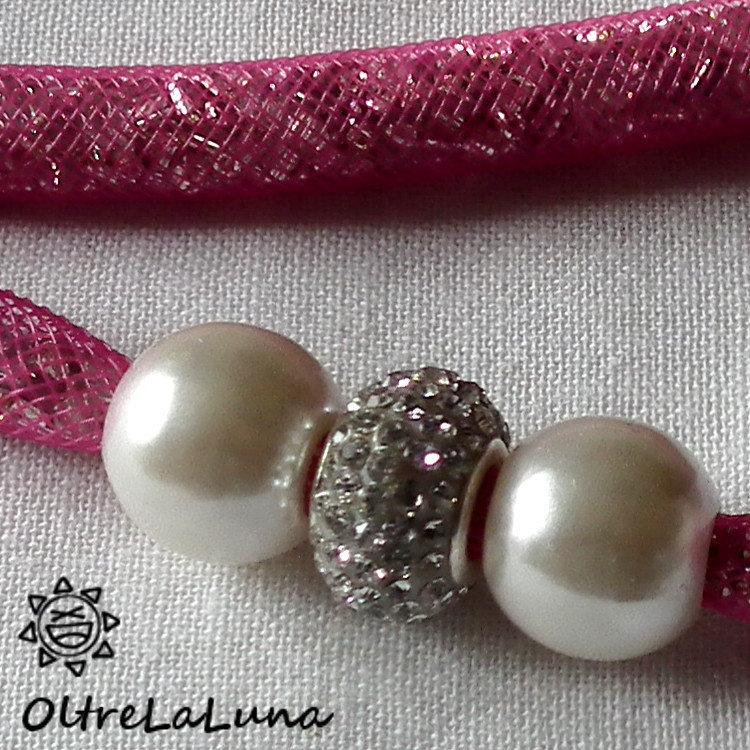 Collana in maglia tubolare rosa intenso cristalli argentati e decoro laterale
