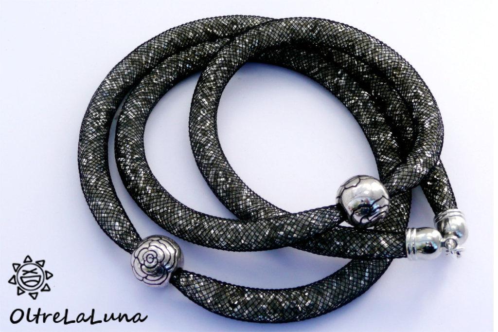 Collana in maglia tubolare nera, cristalli argentati e decori laterali