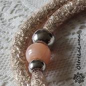 Collana in maglia tubolare rosa cipria cristalli argentati e decori laterali