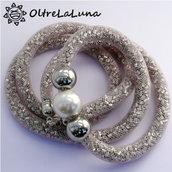 Collana in maglia tubolare bianca, cristalli argentati e decoro laterale