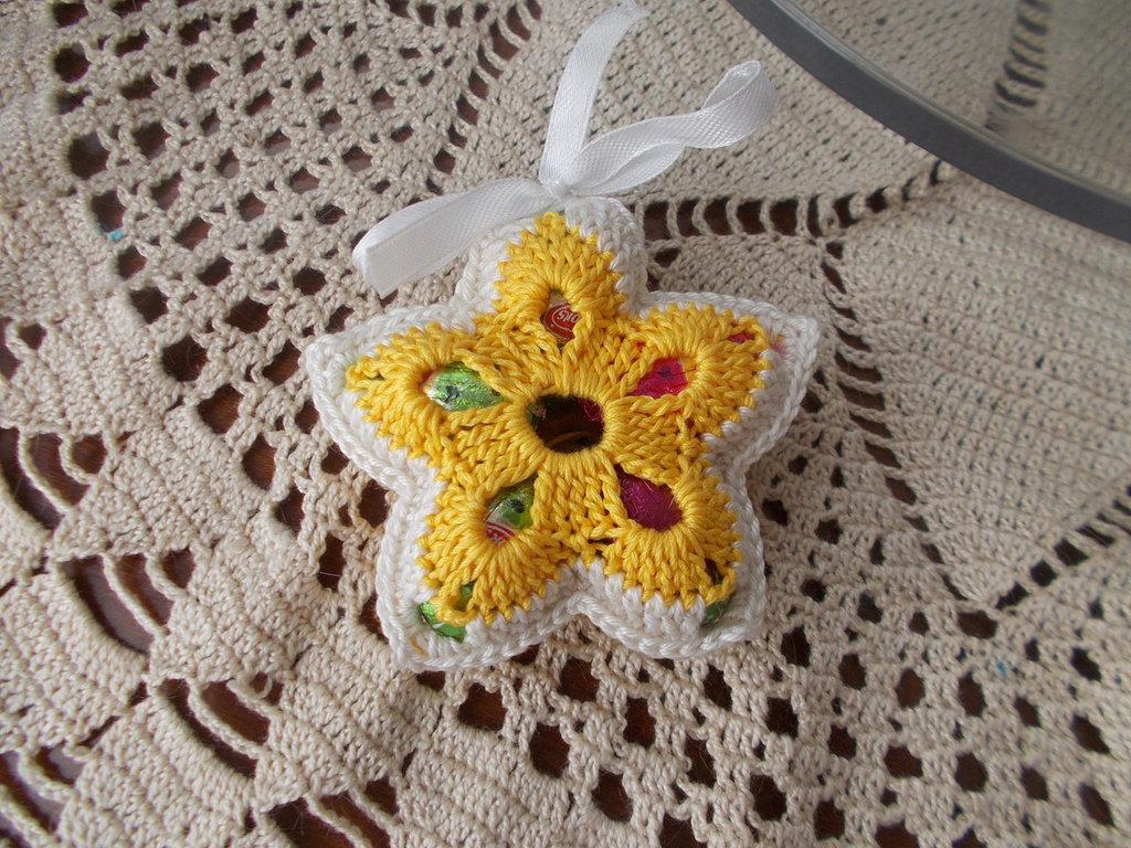 porta confetti segnaposto ad uncinetto fiore bicolore evento bomboniera ovetti