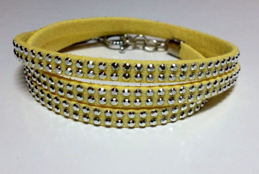 Braccialetto alcantara giallo e borchiette argentate