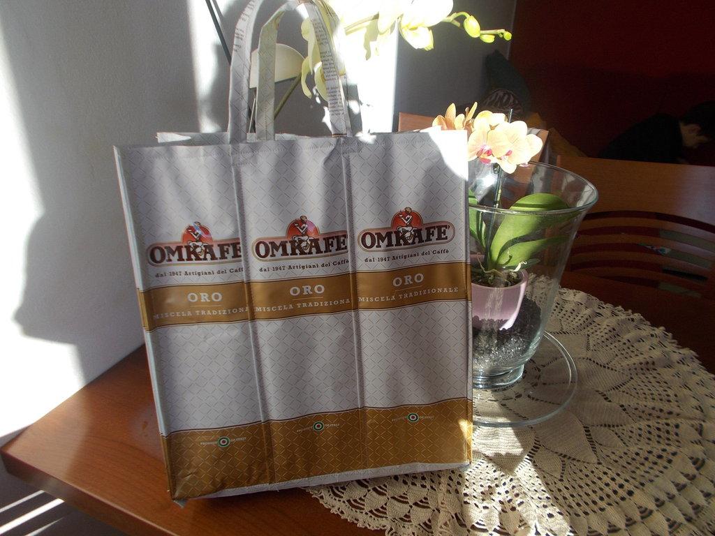 borsa realizzata con buste del caffè alluminio ideale per la spesa impermeabile