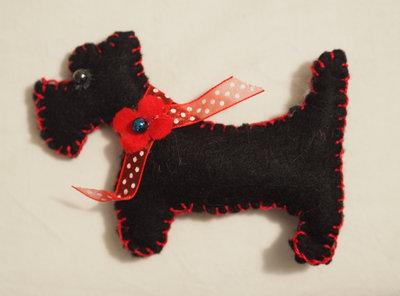 CANE in FELTRO.Scottish dog con collare (nastro,fiore,perla).SPILLA,decorazione,gioco,bomboniera,segnaposto.Ricordino per manifestazione cinofila