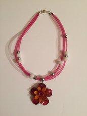 collana tubolare con perle e ciondolo a forma di fiore