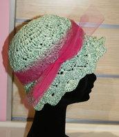 Cappello rafia realizzato all'uncinetto stile retro'  rifinito in tulle