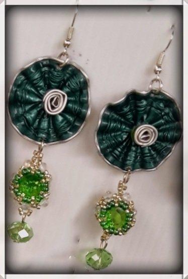 Orecchini verde con capsule e cristalli