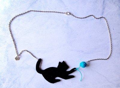 Collana con gatto nero giocherellone in feltro fatta a mano Kitty