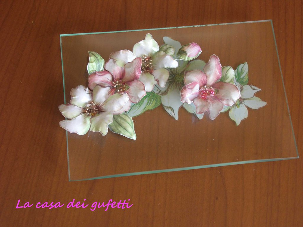 """Piattino in vetro decorato con fiori bianchi e rosa realizzati con la tecnica del """"sospeso trasparente"""""""