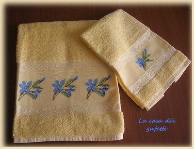 """Asciugamani in spugna gialla ricamato a punto croce """"Giaggiolo azzurro"""""""
