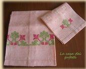 """Asciugamani in puro lino rosa damascato ricamato a punto croce """"Fiori etnici"""""""