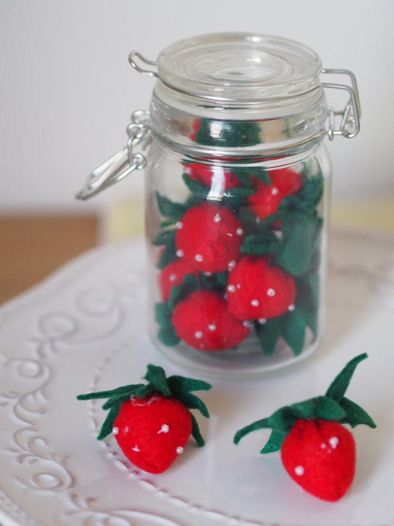 Confettura profumo d'estate.vaso in vetro con fragole in feltro e perline.Arredamento casa.Bomboniera.Regalo