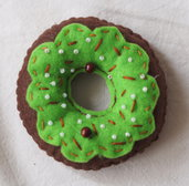 Donut con glassa verde prato.Ciambella in feltro.Adatta quale gioco,bomboniera,decorazione su una borsa o in cucina