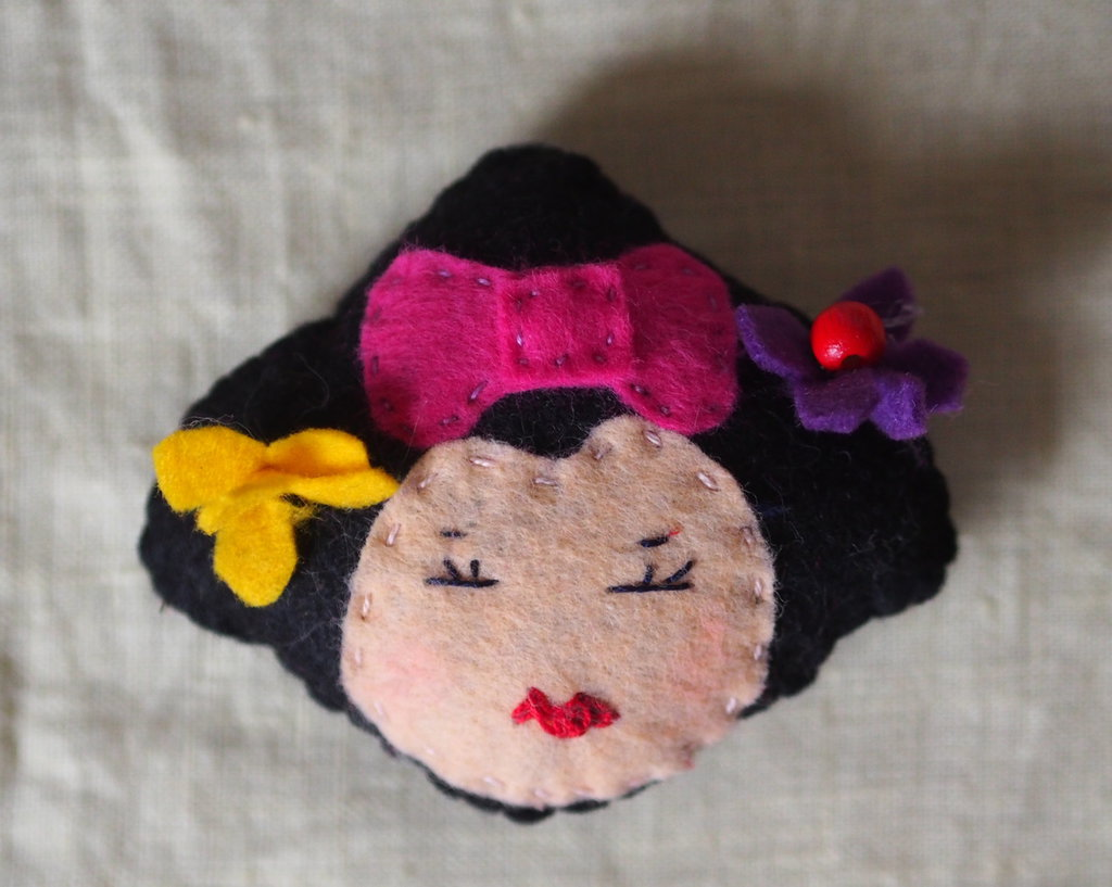 Chiyo - Geisha.Spilla ,portachiavi o ornamento in feltro multicolore ricamato a mano.Testa Giapponese