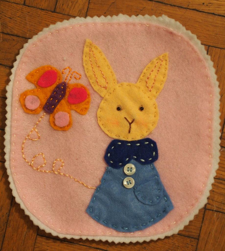 Tilly il coniglio e la farfalla.Illustrazione in feltro.Quadretto per decorare stanza dei bimbi.Bomboniera-nascita