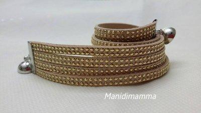 bracciale modello alcantara tonalità beige chiaro con borchie color oro