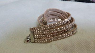 bracciale modello alcantara tonalità beige chiaro con borchie color argento