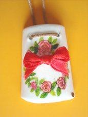 Collanina con Ciondolo a forma di tegola in miniatura decorato a mano