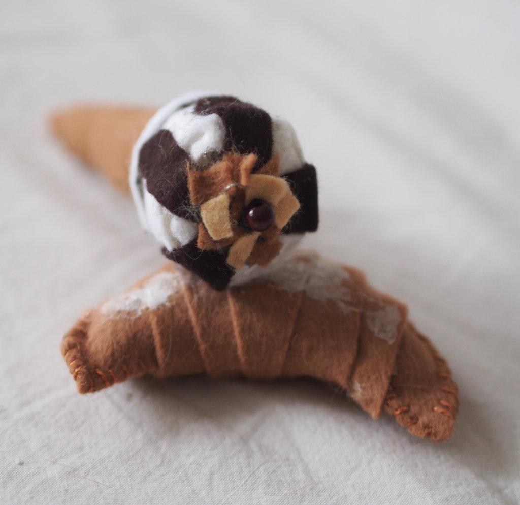 SET: Croissant & Cornetto con copertura di cioccolato e granella di nocciole