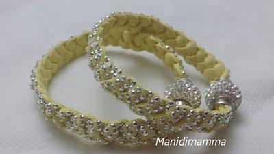 bracciale a treccia in alcantara giallo con borchie color argento