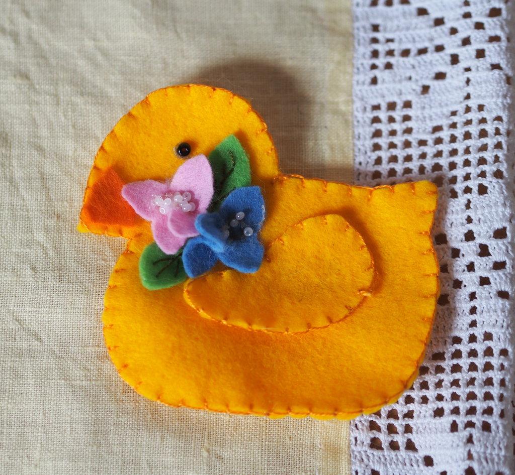 Milly la paperella e i fiori-Decorazione in feltro fatta a mano.Spilla.Bomboniera,regalo,cameretta dei bimbi.Nascita-Pasqua