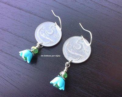 Orecchini con monete vintage italiane e perle di vetro nella tonalità del verde e fiori di lucite nella tonalità dell'azzurro