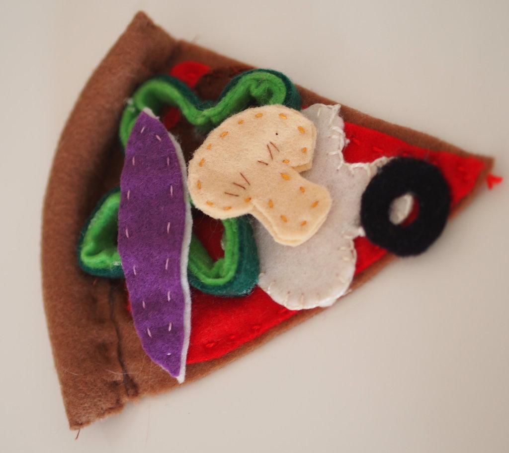 Fetta di Pizza Quattro Stagioni.Cibo in feltro.Decorazione.Ricordino.Gioco.Spilla