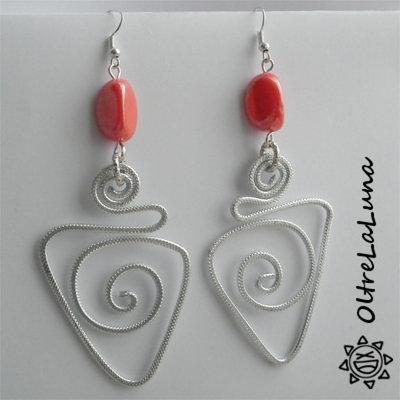Orecchini pendenti in alluminio e pietre color corallo