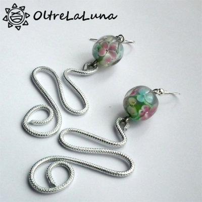 Orecchini pendenti in alluminio e pietre con disegni floreali
