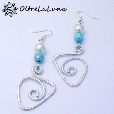 Orecchini pendenti in alluminio con perle bianche e azzurre