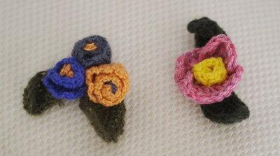 SET di FIORI  MANUELA-2 pezzidi Fiori in lana all'uncinetto.Spille /n.1 Mazzo da3 fiori uniti e Fiore singolo per adornare cappelli,cappotti,cuscini