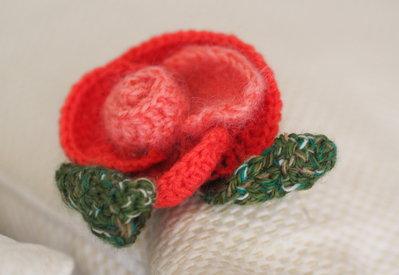 ROSE è sbocciata la mania!UNCINETTO.SET 2 pezzi.Rose in lana utilizzabili quali spilla per cappotto,cappello,borsa,cuscino