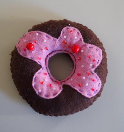 Ciambella al cioccolato con glassa Rosa .Gioco.Complemento d'arredo.Puntaspilli.Regalo