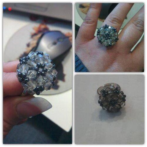 anello con mezzicristalli a forma di bicono