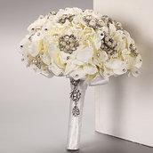 *Bouquet da Sposa fatto con  fiore ortensia  e spille*