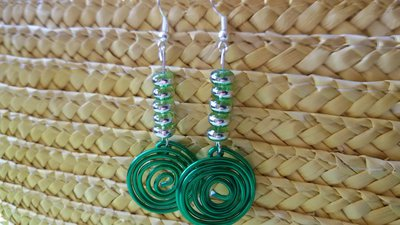 Orecchini con ciondolo in filo di alluminio verde e perline verdi