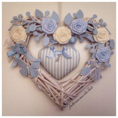 Cuore/fiocco nascita in vimini con rose azzurre e bianche e cuore a righe