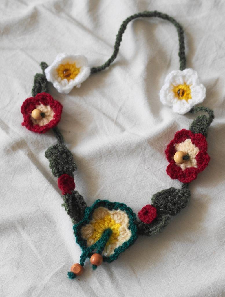 Collana Ippolita con perle in legno.Collana in lana.UNCINETTO.Fiori e perle in legno.Regalo colorato
