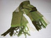 Sciarpa in lana verde fatta a telaio a mano