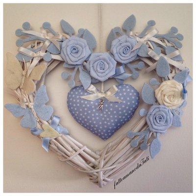 Cuore/fiocco in vimini con rose e farfalle bianche e azzurre e cuore a pois